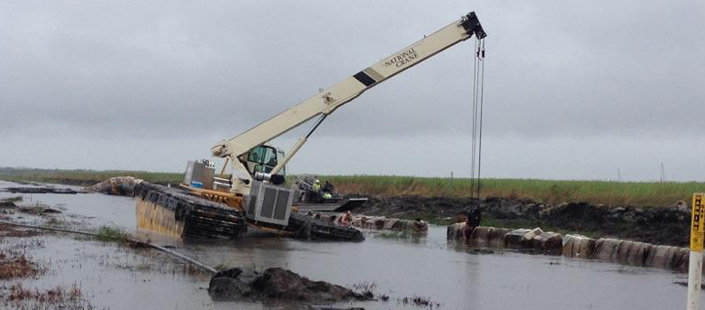 33 ton amphibious crane assisting on pipeline tie ends